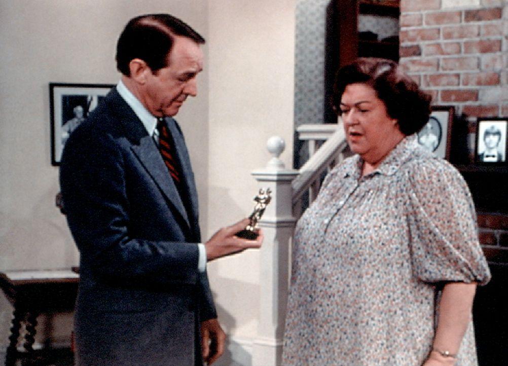 Stanley Perkins (William Schallert, l.) schenkt Miss Rose (Peggy Rea, r.) zum Abschied ein gemeinsames Erinnerungsstück. - Bildquelle: WARNER BROS. INTERNATIONAL TELEVISION