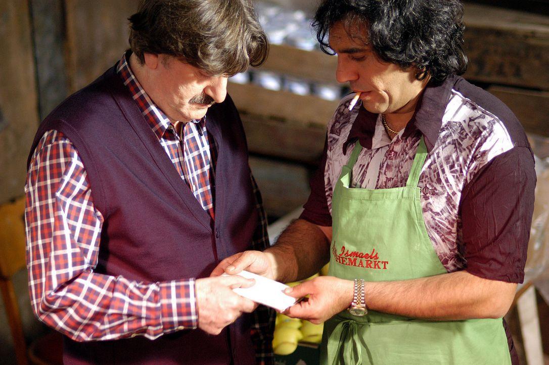 Dank einer rührseligen Geschichte lässt sich der Gemüsehändler Ismael (Ünal Silver, l.) überreden, Olaf alias Cem einzustellen. Schon bald bemerkt d... - Bildquelle: Willi Weber ProSieben