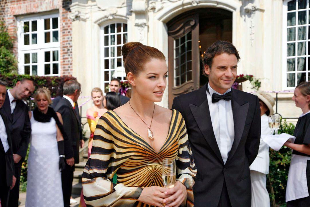 Wie wunderschön Katrina (Yvonne Catterfeld, l.) auf dem Ball der Familie erscheint, entgeht auch David (Stephan Luca, r.) nicht. - Bildquelle: Georg Pauly Sat.1