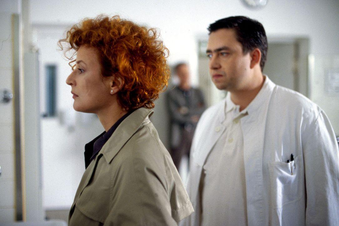 Heike Hansen (Sylvia Haider, l.) steht unter Schock, nachdem Dr. Geritz (Alexander Hörbe, r.) ihr mitgeteilt hat, dass ihr Kind getötet wurde. - Bildquelle: Leslie Haslam Sat.1