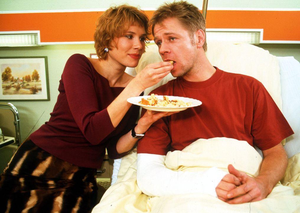 Petra Hagen (Ninon Held, l.) kümmert sich rührend um den Privatdetektiv Arndt Walde (Peter Raab, r.). Er ist, als er sie beim Seitensprung in flagra... - Bildquelle: Noreen Flynn Sat.1
