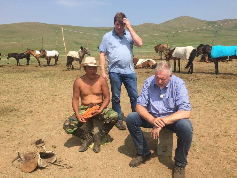 Tamme (r.) und Peter (M.) reisen in die Mongolei. Die beiden träumen schon lange von diesem Land, in dem selbst das Wappentier ein Pferd ist. Im Lan... - Bildquelle: kabel eins