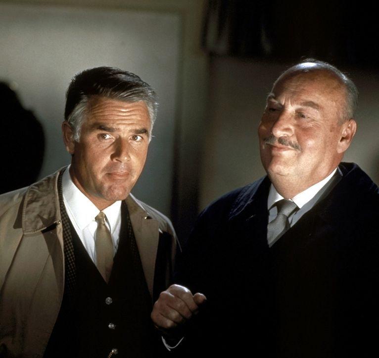 Inspektor Higgins (Joachim Fuchsberger, l.) und Sir John (Siegfried Schürenberg, r.) werden in ein Mädchenpensionat gerufen, in dem schreckliche Mor... - Bildquelle: Constantin Film