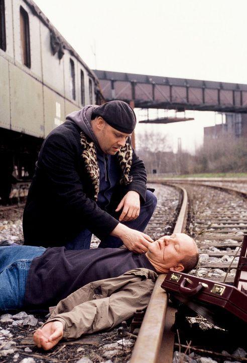 Nach Abschluss der Rettungsaktion muss Manni (Axel Häfner, l.) leider den Tod des Entführers (Peter Obermann, r.) feststellen ... - Bildquelle: Martin Menke Sat.1