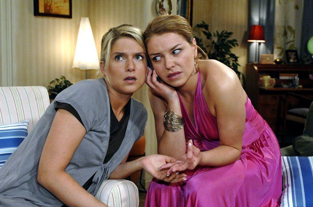 Anna (Jeanette Biedermann, l.) und Katja (Karolina Lodyga, r.) versuchen, den Saboteur am Telefon zu identifizieren. - Bildquelle: Oliver Ziebe Sat.1