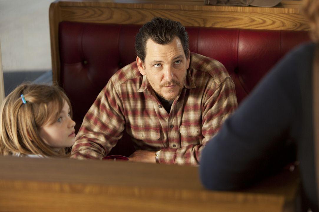 Wade Hatchett (Bradford Tatum, r.) kidnappt immer wieder Frauen, um für seine Tochter Jody (Morgan Lily, l.), die bei einer Pflegefamilie lebt, eine... - Bildquelle: Adam Rose 2010 ABC Studios. All rights reserved. / Adam Rose