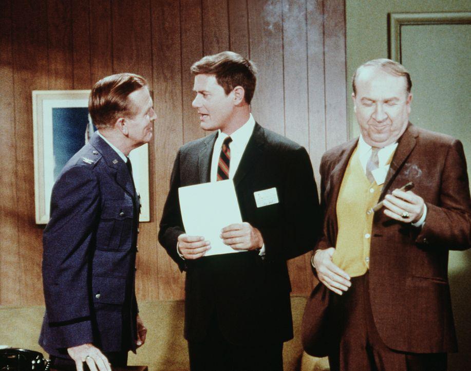 Dr. Bellows (Hayden Rorke, l.) gratuliert Tony (Larry Hagman, M.) zu seiner Aufgabe, sich um die große Bootsie Nightingale zu kümmern ... - Bildquelle: Columbia Pictures
