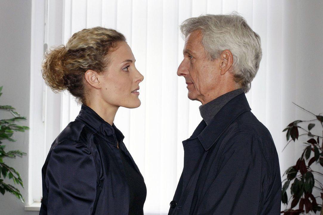 Maja (Barbara Lanz, l.) ist erleichtert, als Robert (Mathieu Carrière, r.) ihr klarmacht, dass er zu ihr und dem Kind steht. - Bildquelle: Noreen Flynn Sat.1