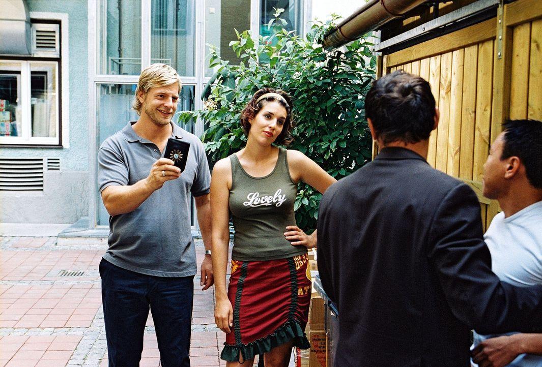 Im Hof des Restaurants findet eine Schlägerei statt. Als Leo (Henning Baum, l.) und Nina (Elena Uhlig, 2.v.l.) eintreffen, tun die Streithähne (Er... - Bildquelle: Christian A. Rieger Sat.1