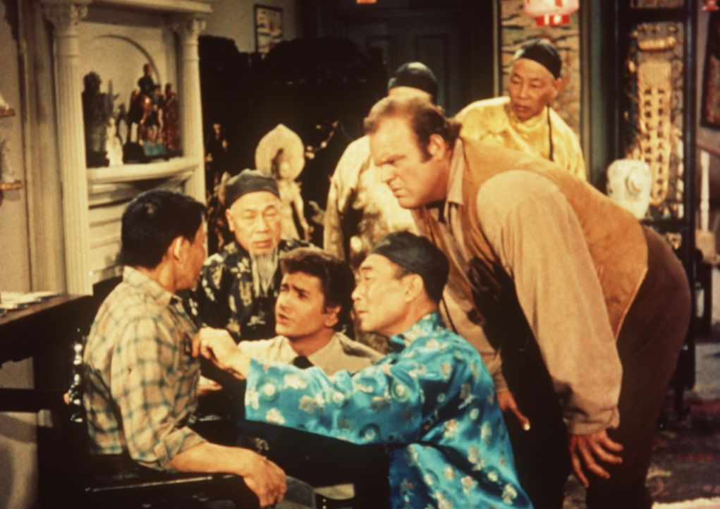 Little Joe (Michael Landon, 3.v.l.) und Hoss Cartwright (Dan Blocker, 2.v.r.) helfen Jimmy Chang (Peter Chong, l.) und den anderen ansässigen Chines... - Bildquelle: Paramount Pictures