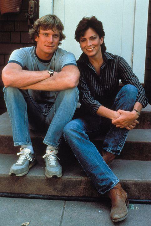 (2. Staffel) - Cole (William R. Moses, l.) versteht sich mit Linda (Mary Kate McGeehan, r.) überaus gut. Doch leider hat der fleißige Weinbauer kein... - Bildquelle: Warner Brothers