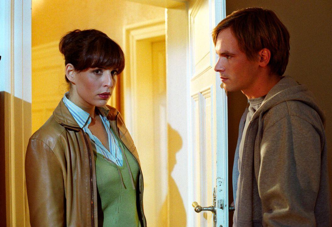 Nina (Elena Uhlig, l.) erinnert sich daran, dass sie die Assistentin des Waffenhändlers Lüttli schon einmal mit Max Heine (Wanja Mues, r.) beobachte... - Bildquelle: Christian A. Rieger Sat.1