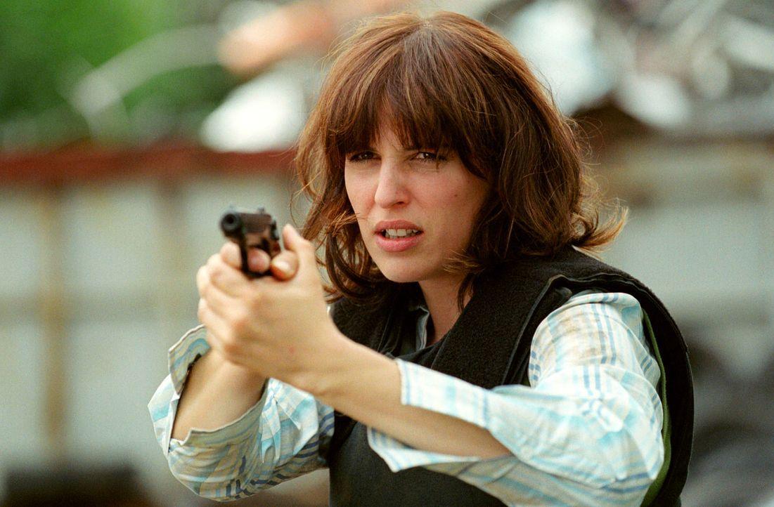 Nina (Elena Uhlig) sieht Leo am Boden liegen: Der skrupellose Labas hat ihn niedergeschossen ... - Bildquelle: Christian A. Rieger Sat.1