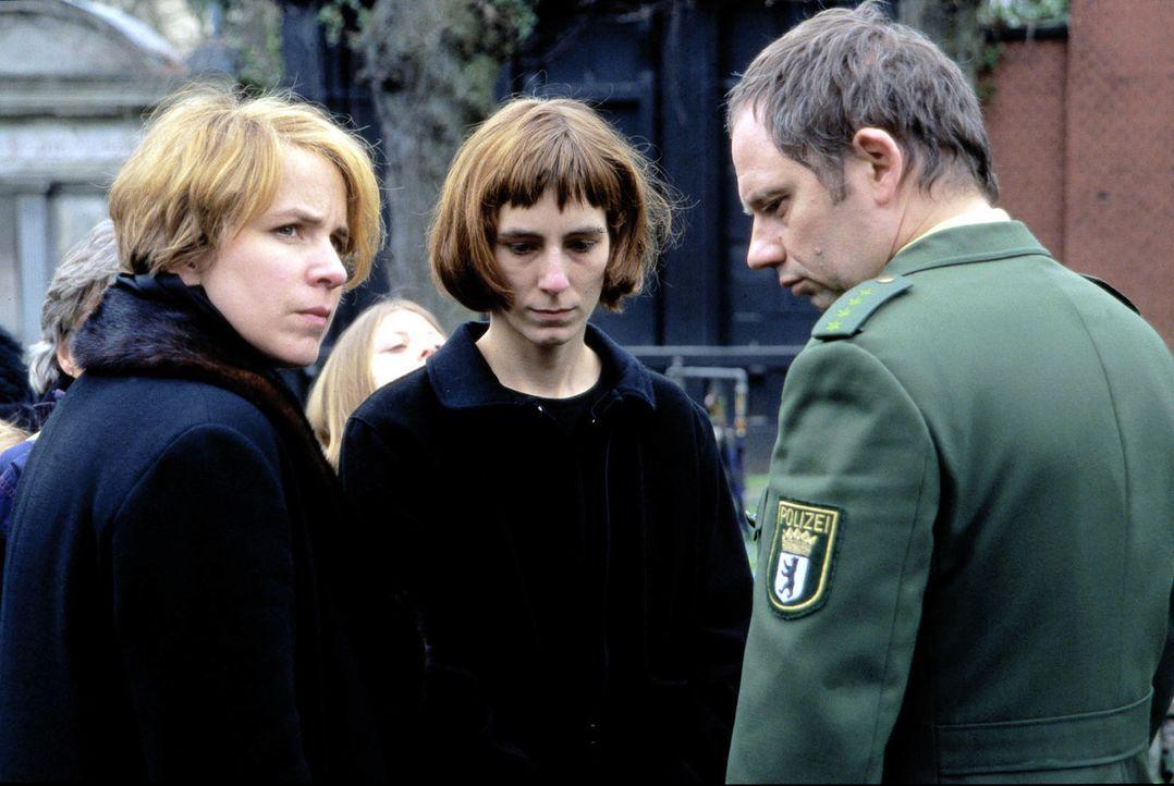 Frau Beckmann (Bettina Kupfer, l.) und ihr Mann (Michael Lott, r.) begleiten Frau Strecker (Miriam Sachs, M.) zur Beerdigung ihres Mannes. - Bildquelle: Leslie Haslam Sat.1
