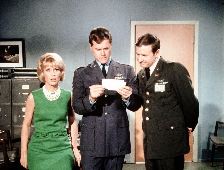 Jagen Jeannie (Barbara Eden, l.) einen ordentlichen Schrecken ein: Roger (Bill Daily, r.) und Tony (Larry Hagman, M.) ... - Bildquelle: Columbia Pictures