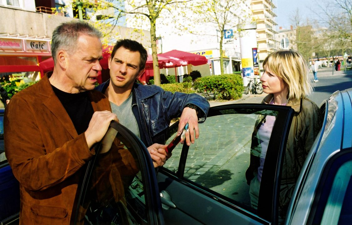 Kurz bevor Wolff (Jürgen Heinrich, l.) mit seiner Tochter Verena (Nadine Seiffert, r.) und seinem Enkel in den Urlaub fahren will, bekommt er von To... - Bildquelle: Claudius Pflug Sat.1
