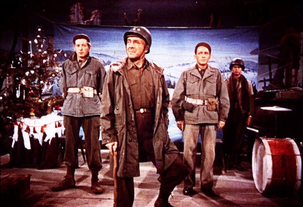 Um ihren früheren Divisions-Kommandeur General Waverly (Dean Jagger, M.) vor dem Ruin zu bewahren, geben die erfolgreichen Entertainer Bob Wallace (... - Bildquelle: Paramount Pictures