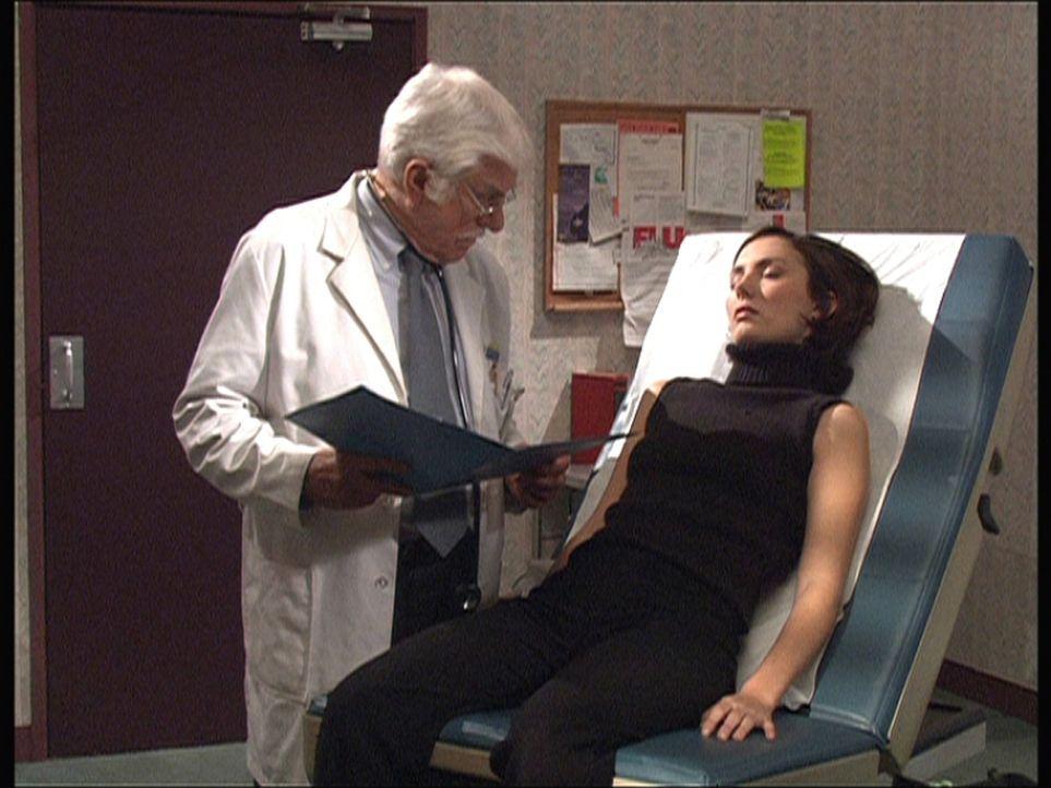 Während Dr. Mark Sloan (Dick Van Dyke, l.) seine Patientin Julia (Alice Rogers, r.) untersucht, wird diese aus dem Hinterhalt erschossen ... - Bildquelle: Viacom