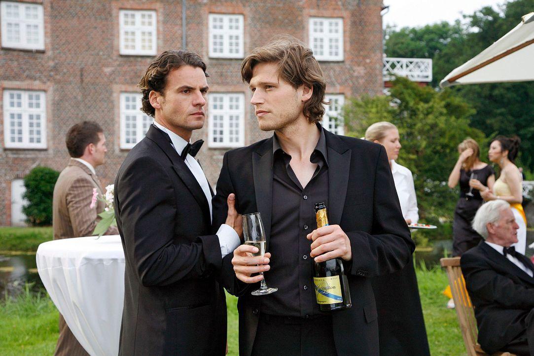 David (Stephan Luca, l.) reagiert unwirsch, als sein Bruder Moritz (Sebastian Ströbel, r.) ihm eröffnet, Katrina heiraten zu wollen. - Bildquelle: Georg Pauly Sat.1