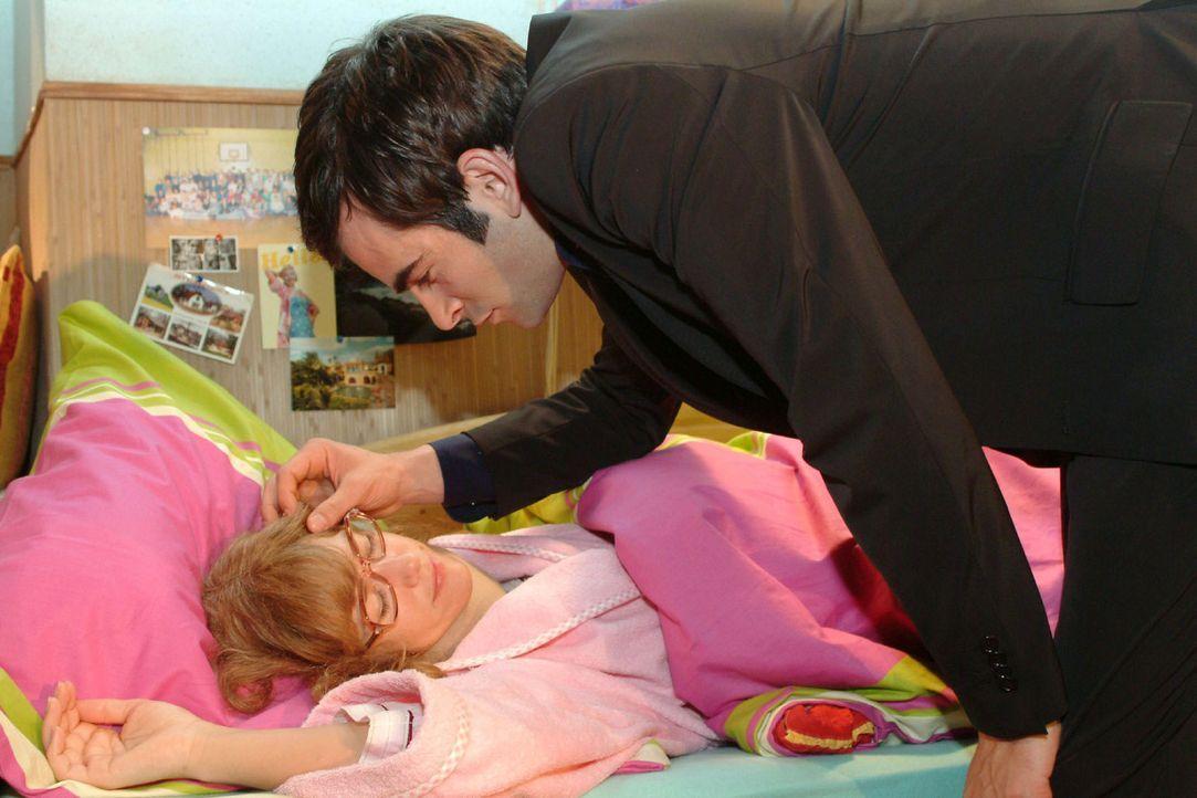 David (Mathis Künzler, r.) bringt Lisa (Alexandra Neldel, l.) ins Bett und gibt ihr zu verstehen, dass sie sich keine Sorgen wegen ihrer Arbeit mach... - Bildquelle: Monika Schürle Sat.1