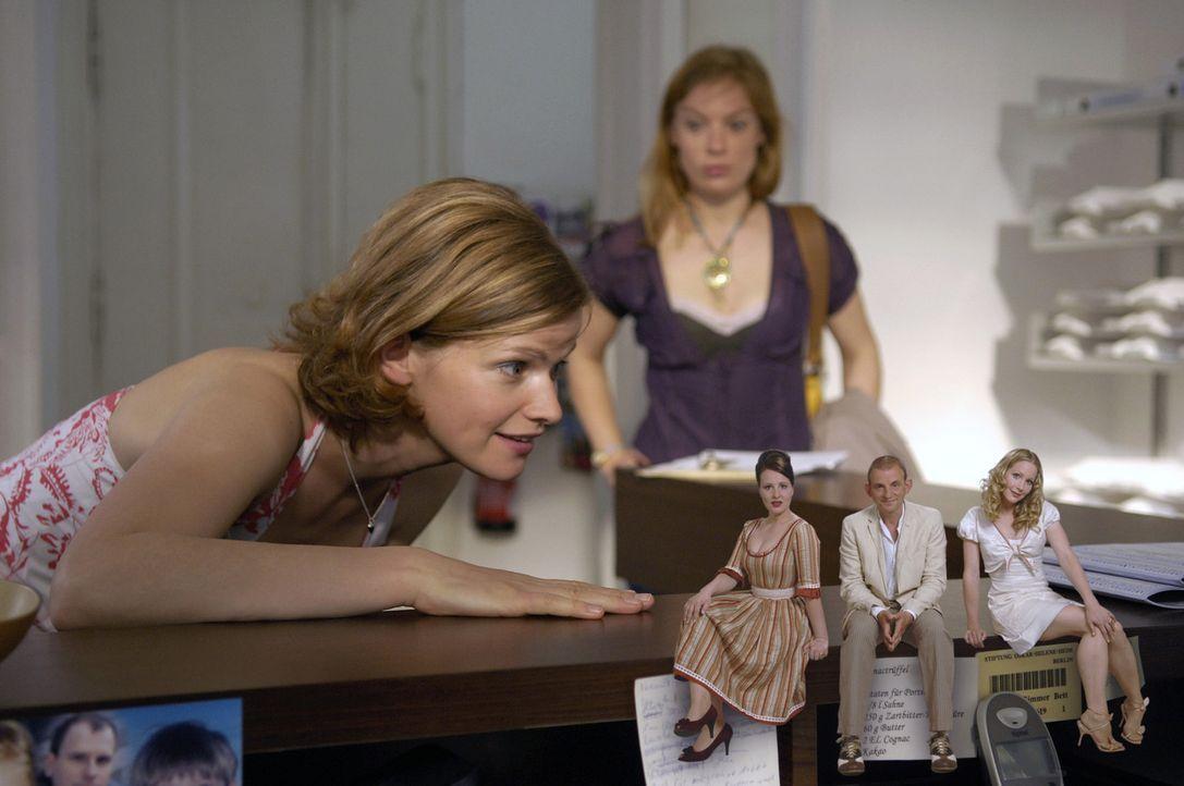Lisa (Mira Bartuschek, l.) bekommt himmlischen Besuch von den drei Engeln namens (v.l.n.r.:) Wally (Nina Vorbrodt), Asmodeus (Dominique Horwitz) und... - Bildquelle: Britta Krehl Sat.1
