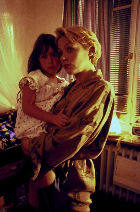 Die 6-jährige Nina (Sophie Pflügler, l.) ist der erklärte Liebling ihrer Mutter Katja (Jennifer Nitsch, r.). Eines Tages kehrt das Mädchen von der S... - Bildquelle: Peter Raider ProSieben