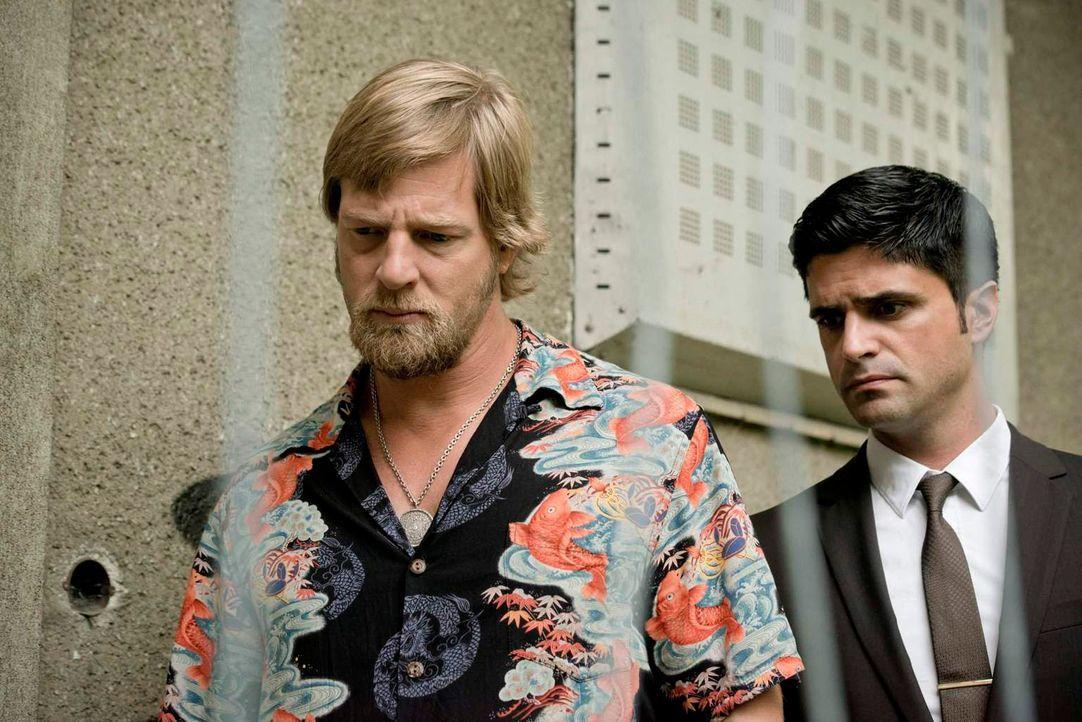 Als Mick (Henning Baum, l.) und Andreas' (Maximilian Grill, r.) auf den Ort stoßen, an dem der Privatdetektiv mit dem Druckluftnagelgerät beschossen... - Bildquelle: Martin Rottenkolber SAT. 1