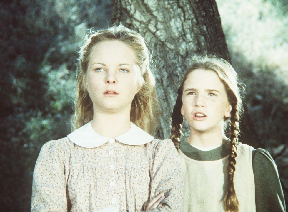 Mary (Melissa Sue Anderson, l.) und Laura (Melissa Gilbert-Boxleitner, r.) hören, wie Nellie behauptet, ihre Mutter, habe eine Affäre mit dem Aushil... - Bildquelle: Worldvision
