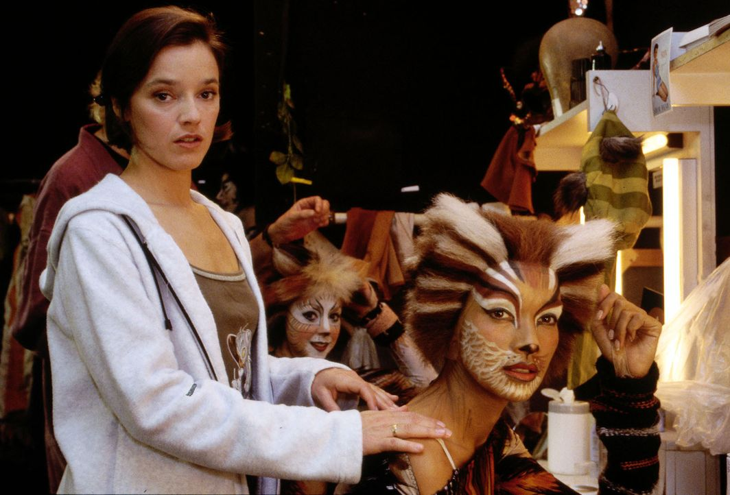 """""""Cats""""-Tänzerin Jessi (Susanne Eisenkolb, l.) wird bei einer Aufführung des Musicals im Hamburger Operettenhaus durch einen vom Schnürboden herabfal... - Bildquelle: Mike Gast SAT.1 / Mike Gast"""