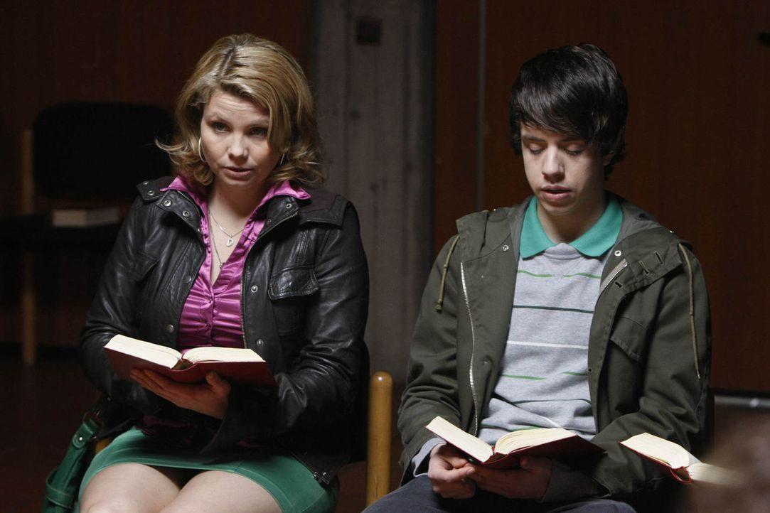 Danni (Annette Frier, l.) hat einen neuen Fall und der erweist sich als besonders schwierig, denn die 15-jährige Mia will nicht mit ihrer Mutter nac... - Bildquelle: Frank Dicks SAT.1