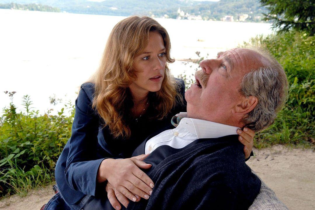 Gabriel (Friedrich von Thun, r.) erleidet einen Herzanfall, als Esther (Alexandra Neldel, l.) ihn mit Fragen nach der Vergangenheit konfrontiert ... - Bildquelle: Petro Domenigg Sat.1