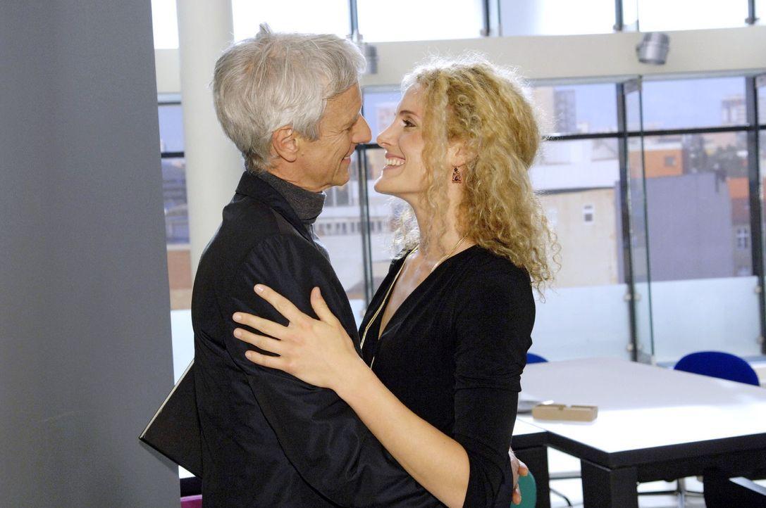 Trotz aller Probleme, die Robert (Mathieu Carrière, l.) plagen, findet er noch Zeit, um mit seiner Geliebten Maja (Barbara Lanz, r.) zu turteln. - Bildquelle: Claudius Pflug Sat.1
