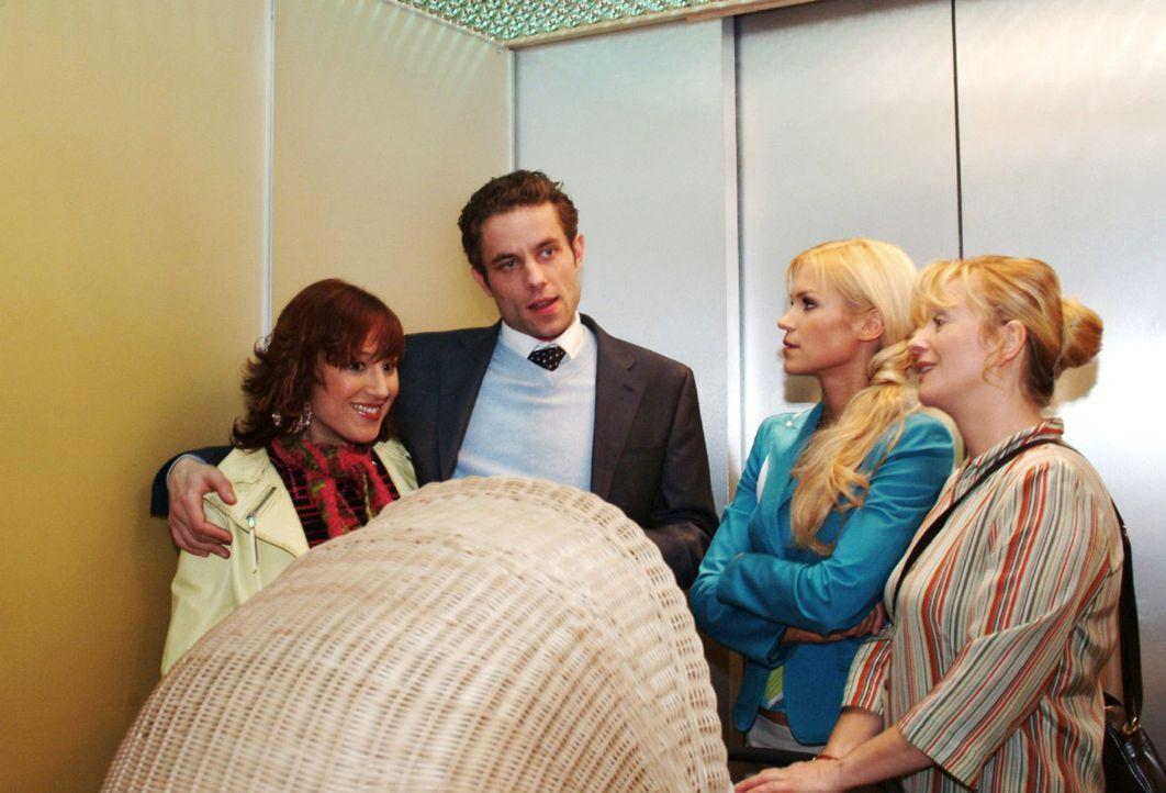 Im Fahrstuhl mischen sich Sabrina (Nina-Friederike Gnädig, 2.v.r.) und Helga (Ulrike Mai, r.) in die Hochzeitsplanungen von Yvonne (Bärbel Schleker,... - Bildquelle: Monika Schürle Sat.1