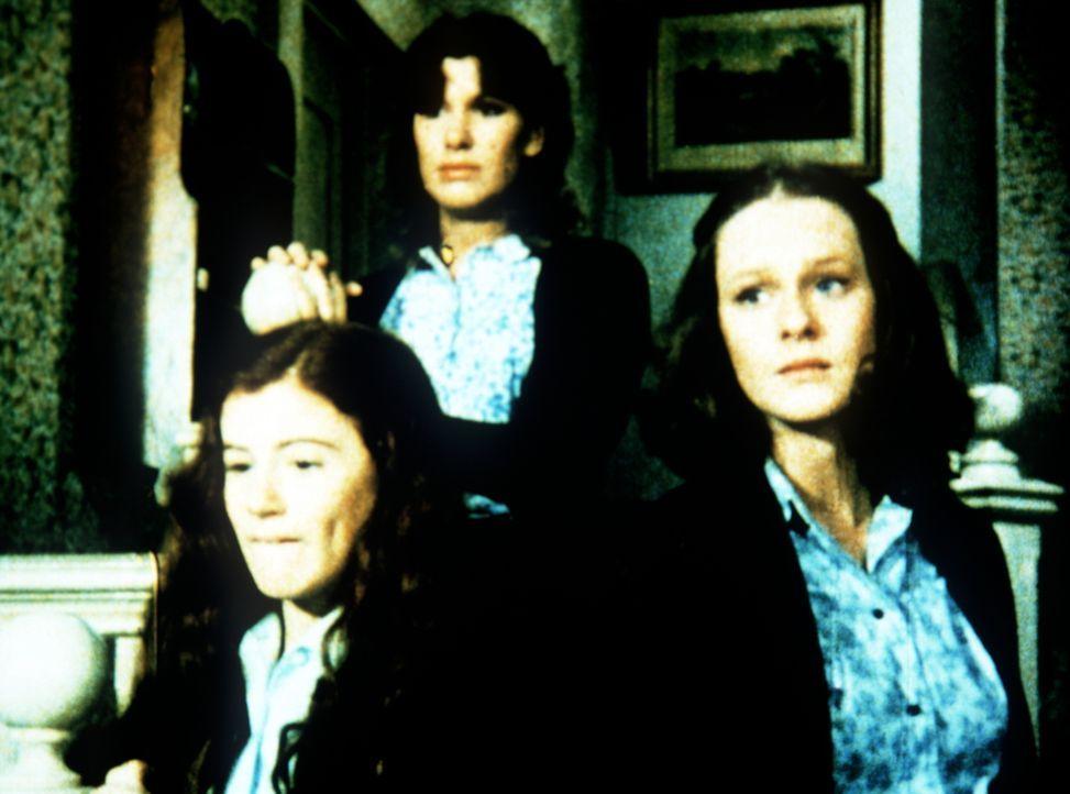 Erschrocken nehmen Elizabeth (Kami Cotler, l.), Erin (Mary Beth McDonough, r.) und Mary Ellen (Judy Norton-Taylor, M.) die Nachricht von der Krankhe... - Bildquelle: WARNER BROS. INTERNATIONAL TELEVISION