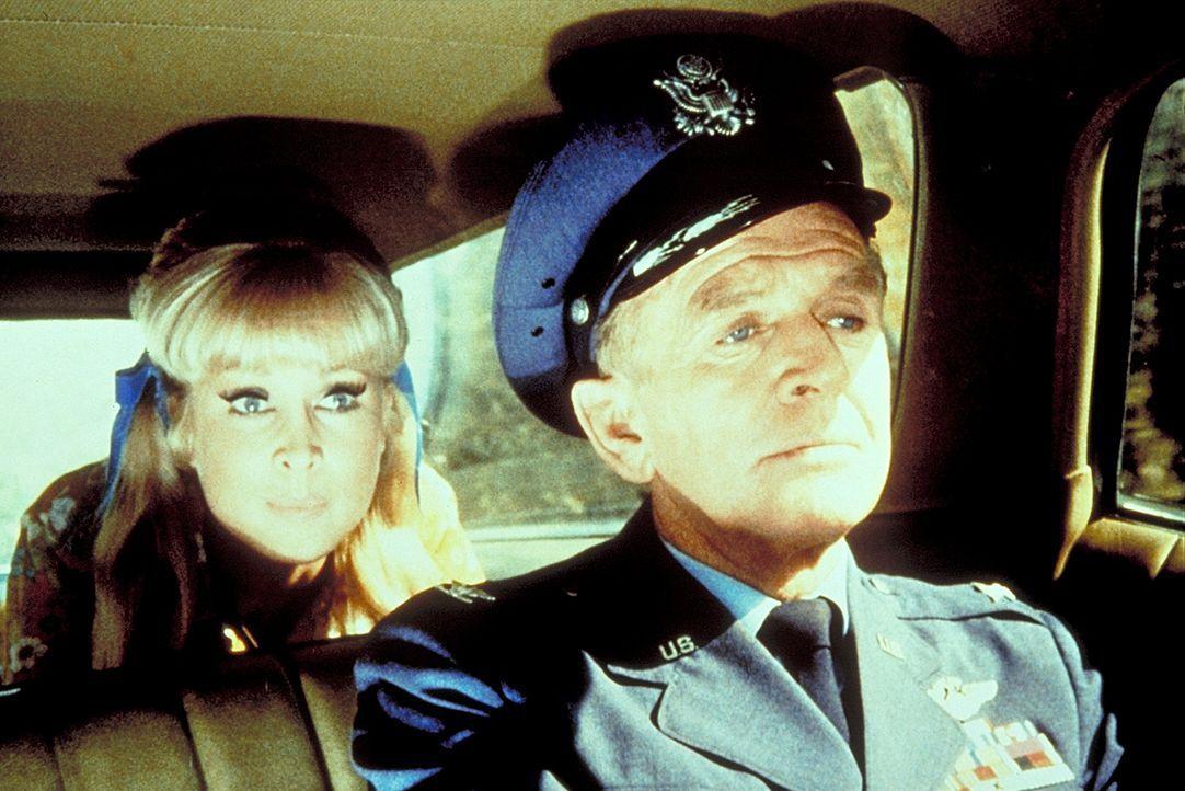 Roger (Bill Daily, r.) und Jeannie (Barbara Eden, l.) versuchen Tony, der unschuldig hinter Gittern sitzt, zu befreien. - Bildquelle: Columbia Pictures