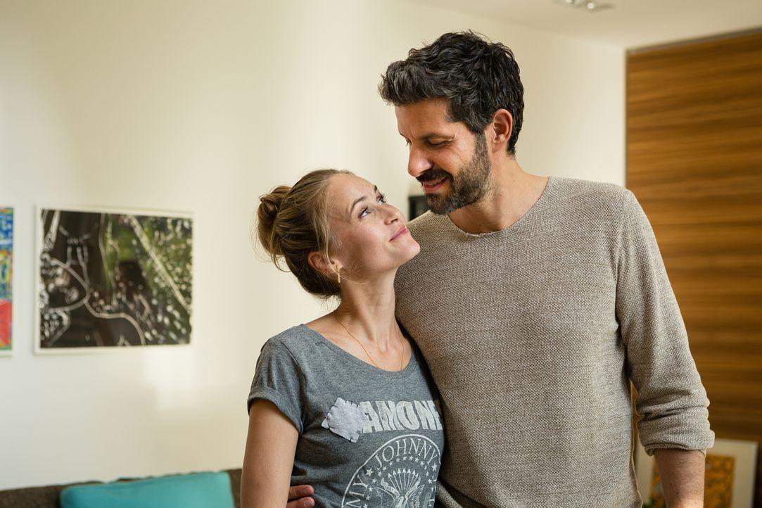 Als Julia (Inez Björg David, l.) beschließt, Ben (Pasquale Aleardi, r.) zu heiraten, soll ausgerechnet Emma die beiden trauen! Doch kann sie das wir... - Bildquelle: Arvid Uhlig SAT.1