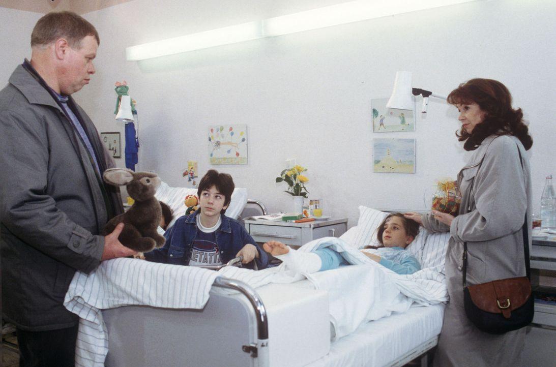 Die kleine Kerstin Dorfmüller (Sylvia Scheschonek, 2.v.r.) wurde in die Klinik eingeliefert, weil sie angeblich aus dem Fenster gefallen ist. Doch d... - Bildquelle: Janis Jatagandzidis Sat.1