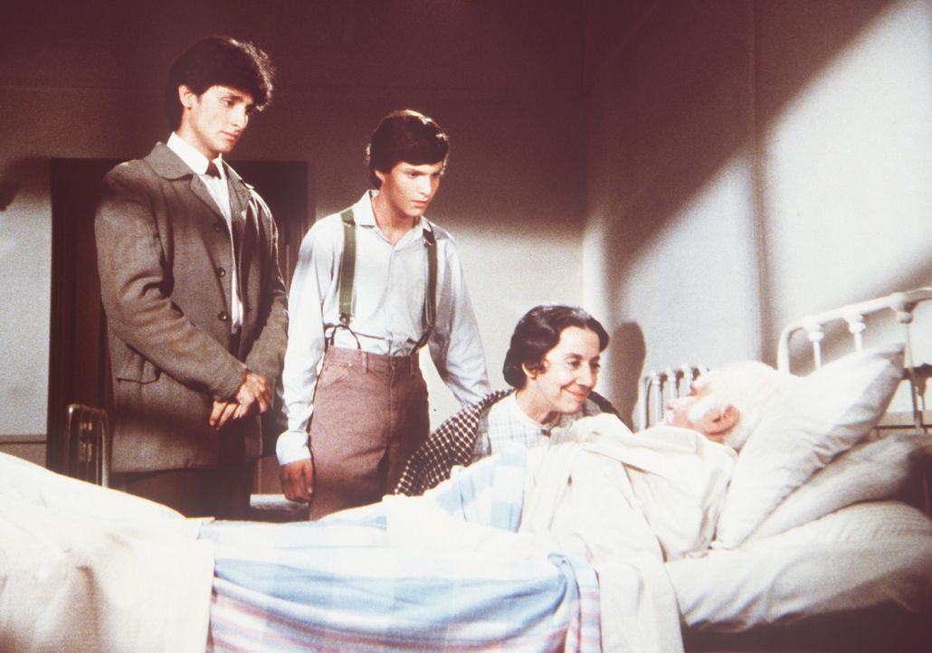 Seine Frau Anna Rosa (Gloria Manos) sowie seine Söhne Stefano (Robert Torti, l.) und Marco (Stephen Manley, 2.v.l.) sind erleichtert, dass Gambini (... - Bildquelle: Worldvision