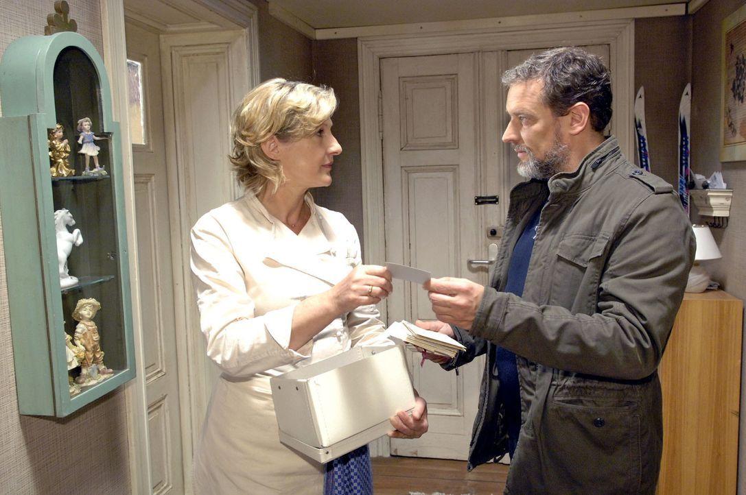 Ulrich (Wolfgang Wagner, r.) fragt bei Susanne (Heike Jonca, l.) nach Jaeckis Adresse, um herauszufinden, ob er etwas mit seiner manipulierten Verur... - Bildquelle: Claudius Pflug Sat.1