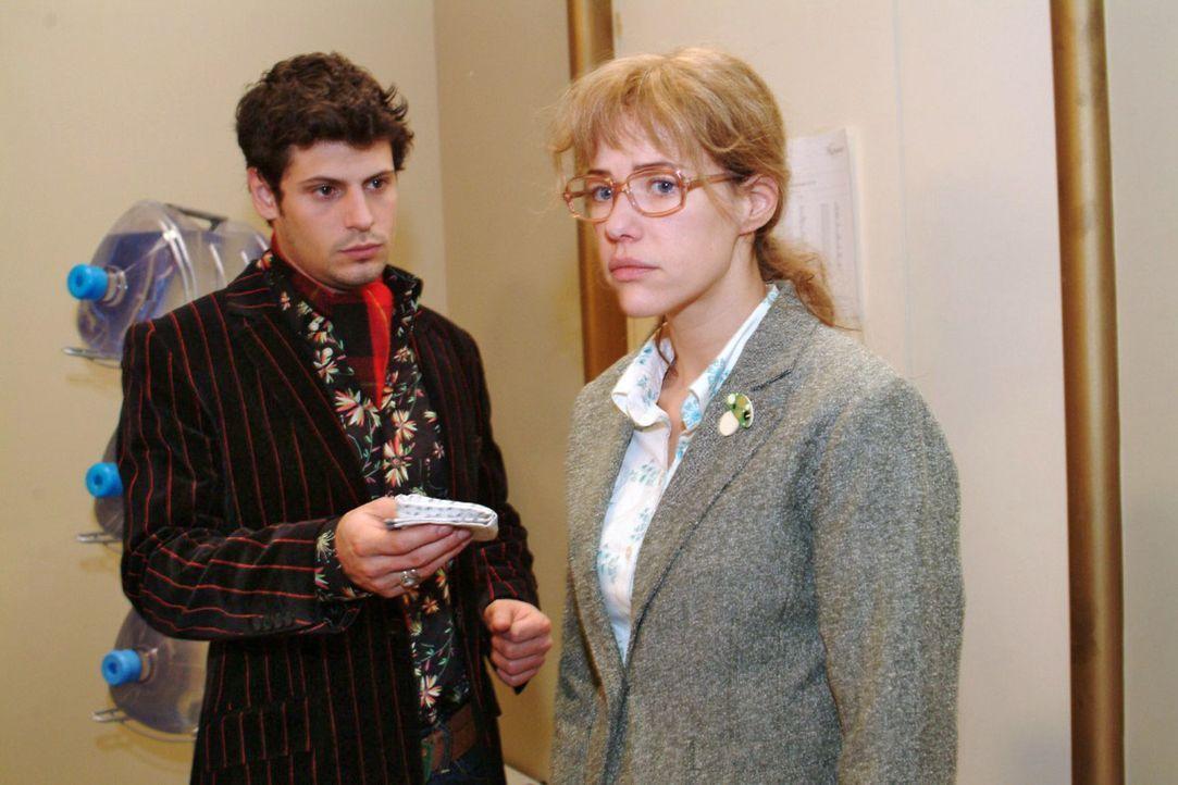 Rokko (Manuel Cortez, l.) kann es kaum mit ansehen, wie Lisa (Alexandra Neldel, r.) von ihren Gefühlen gequält wird. - (Dieses Foto von Alexandra Ne... - Bildquelle: Monika Schürle Sat.1