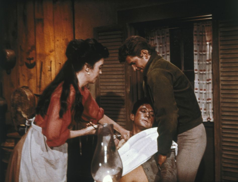 Als Little Joe (Michael Landon, r.) Geld zu Lee Bolden (Faith Domerque, l.), der Witwe von Bens verstorbenen Freund bringen soll, dringt ein verwund... - Bildquelle: Paramount Pictures