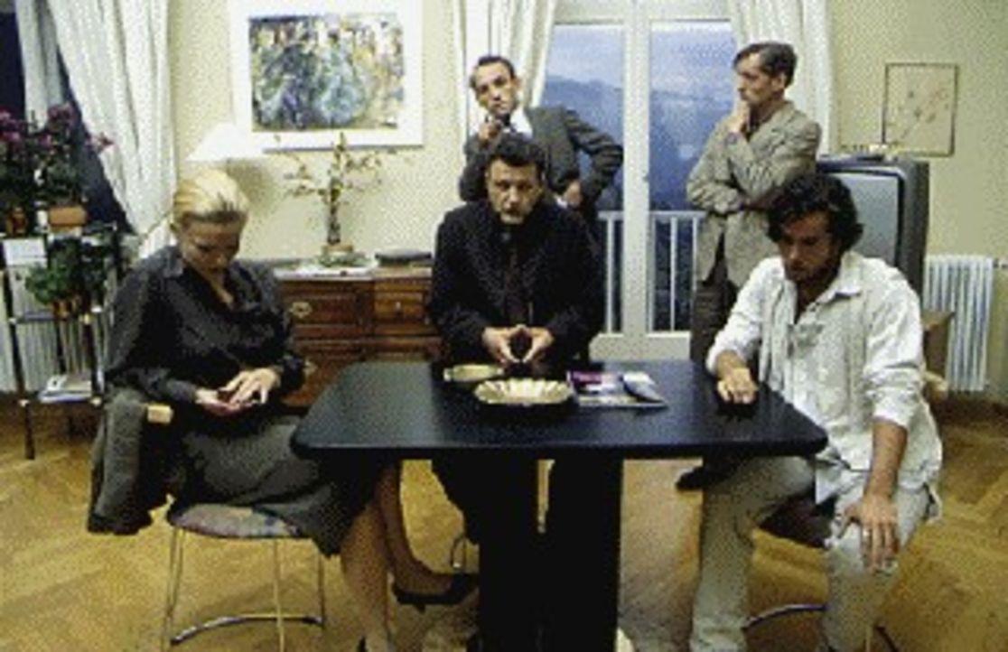 Inspektor Stockinger (Karl Markovics, hinten l.) hat die Hoteliersfamilie zum Verhör versammelt: Stiligke (Hans Uwe Bauer, hinten r.), die Tochter d... - Bildquelle: Huber Sat.1