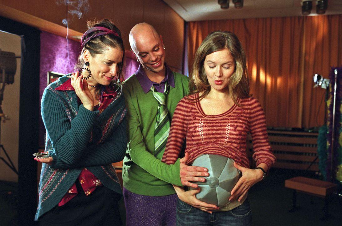 Kostümbildner Alexander (Daniel Stock, M.) hat für Nina (Stefanie Stappenbeck, r.) einen aufblasbaren Schwangerschaftsbauch gebastelt. Auch Freundin... - Bildquelle: Katrin Knoke Sat.1