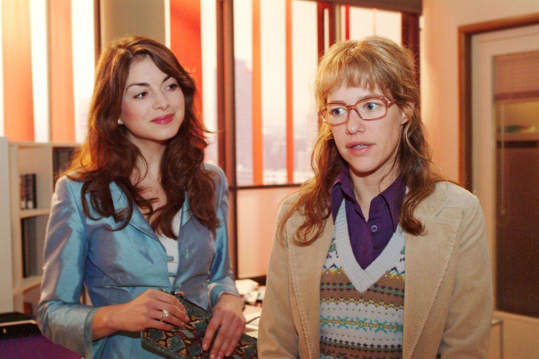 Mariella (Bianca Hein, l.) lädt Lisa (Alexandra Neldel, r.) auf einen Kaffee ein. Lisa weiß nun nicht, wie sie sich verhalten soll ... (Dieses Foto... - Bildquelle: Monika Schürle Sat.1