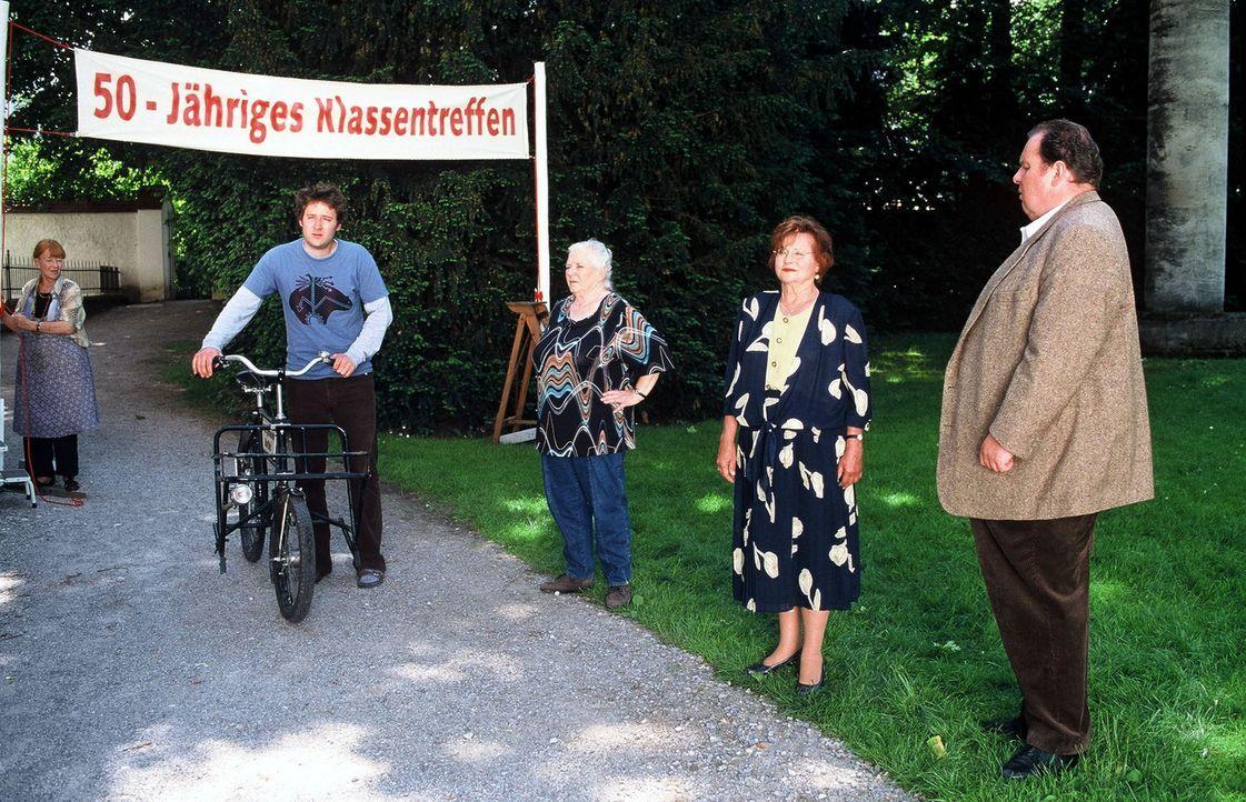 Resi Berghammer (Ruth Drexel, M.) feiert ihr 50-jähriges Klassentreffen. Ihre Mitschülerinnen Lotte (Ursula Dirichs, l.) und Cornelia (Lis Verhoeven... - Bildquelle: Magdalena Mate Sat.1