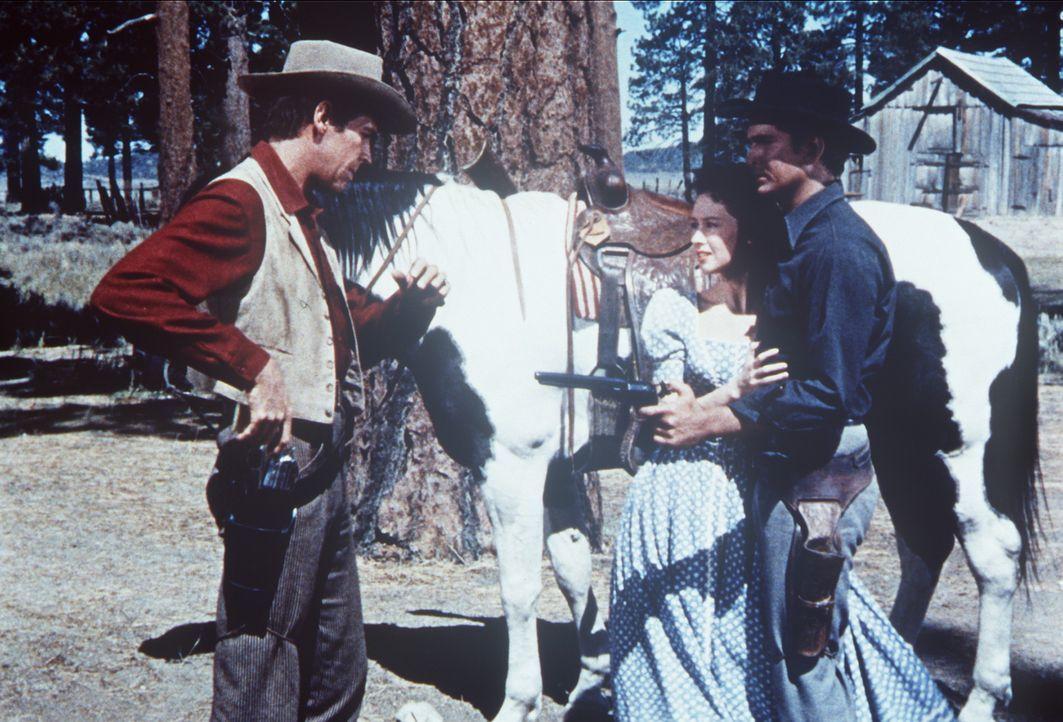 Little Joe (Michael Landon, r.) beschützt seine Geliebte Amy (Adrienne Hayes, M.) vor dem skrupellosen Vorarbeiter Jessup (James Coburn). - Bildquelle: Paramount Pictures
