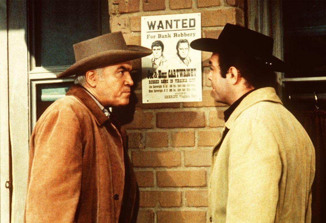 Ben Cartwright (Lorne Greene, l.) und sein Sohn Adam (Pernell Roberts, r.) sind bestürzt, dass Little Joe und Hoss steckbrieflich gesucht werden. - Bildquelle: Paramount Pictures