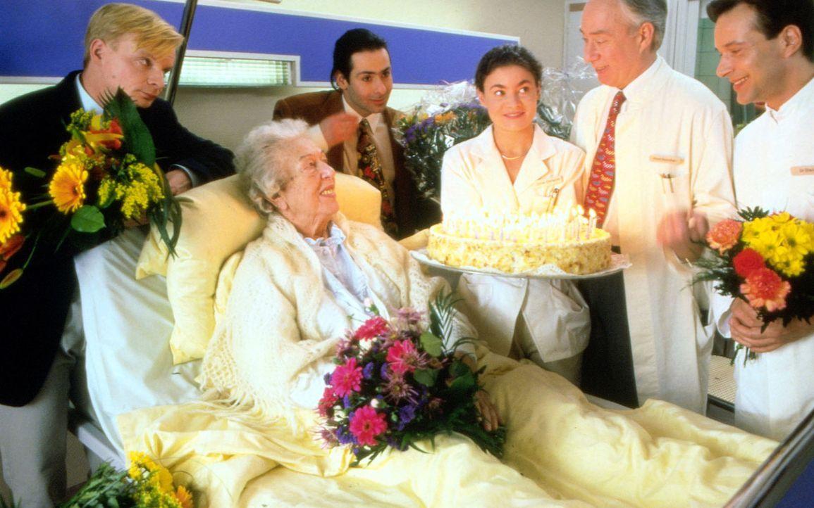Oma Schmalz (Katharina Brauren, l.) feiert auf der Station ihren 100. Geburtstag. Mit von der Partie sind Jossl (Uwe Steimle, r.) und Jan (Patrick E... - Bildquelle: Noreen Flynn Sat.1