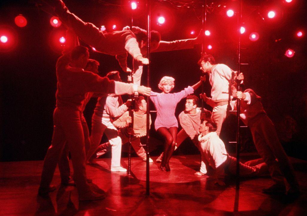 Die hübsche Revuetänzerin Amanda (Marilyn Monroe, M.) bringt ihr Publikum, und ganz besonders den Multimillionär Jean-Marc Clement, zum Kochen ... - Bildquelle: 20th Century Fox Film Corporation