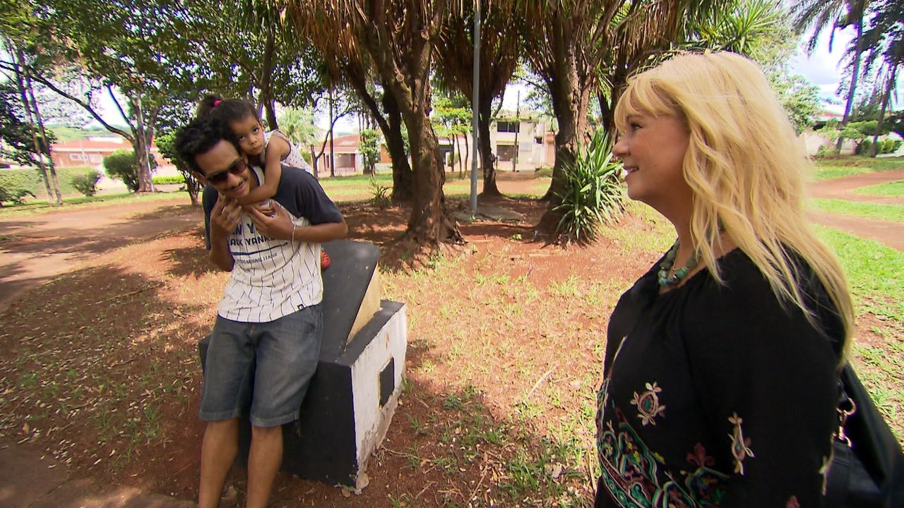 Julia Leischik (r.) sucht in Brasilien die Eltern von Manuel. Doch wird sie fündig werden und seinen Herzenswunsch erfüllen können? - Bildquelle: SAT.1